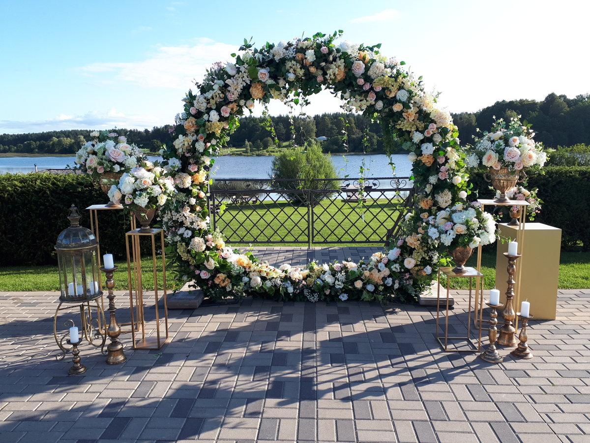 Ceremonijas arka ar pasteļtoņu ziediem