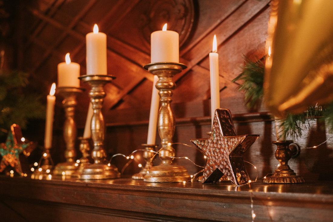 Metāla antīka zelta svečturi