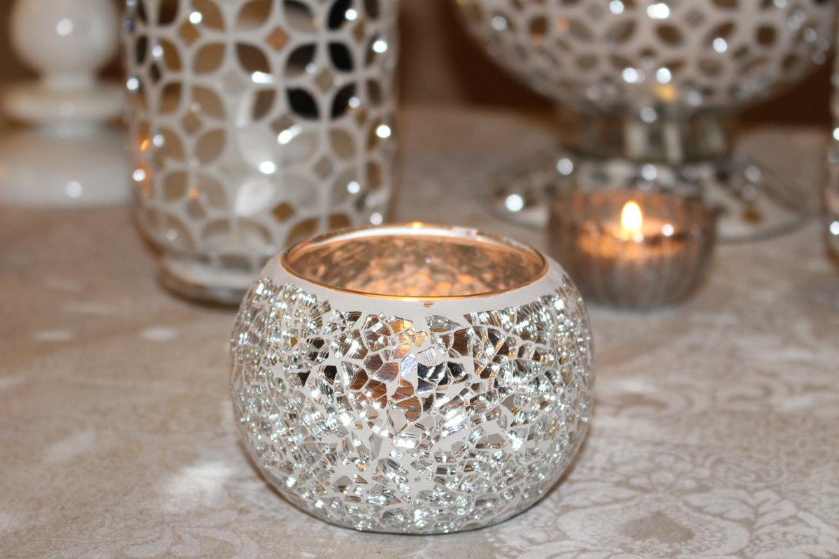 Mozaīkveida svečturi, balts un sudrabs