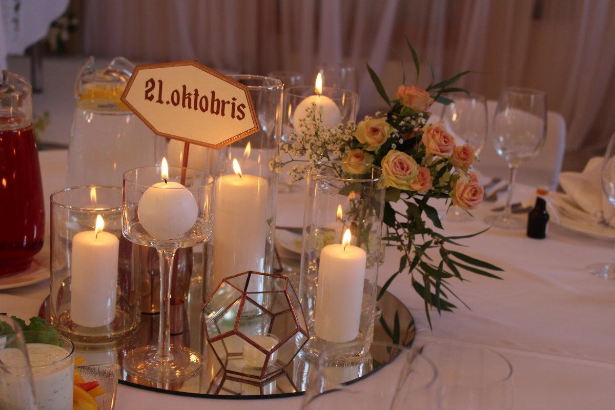 Kompozīcija ar svecēm un kapara elementiem