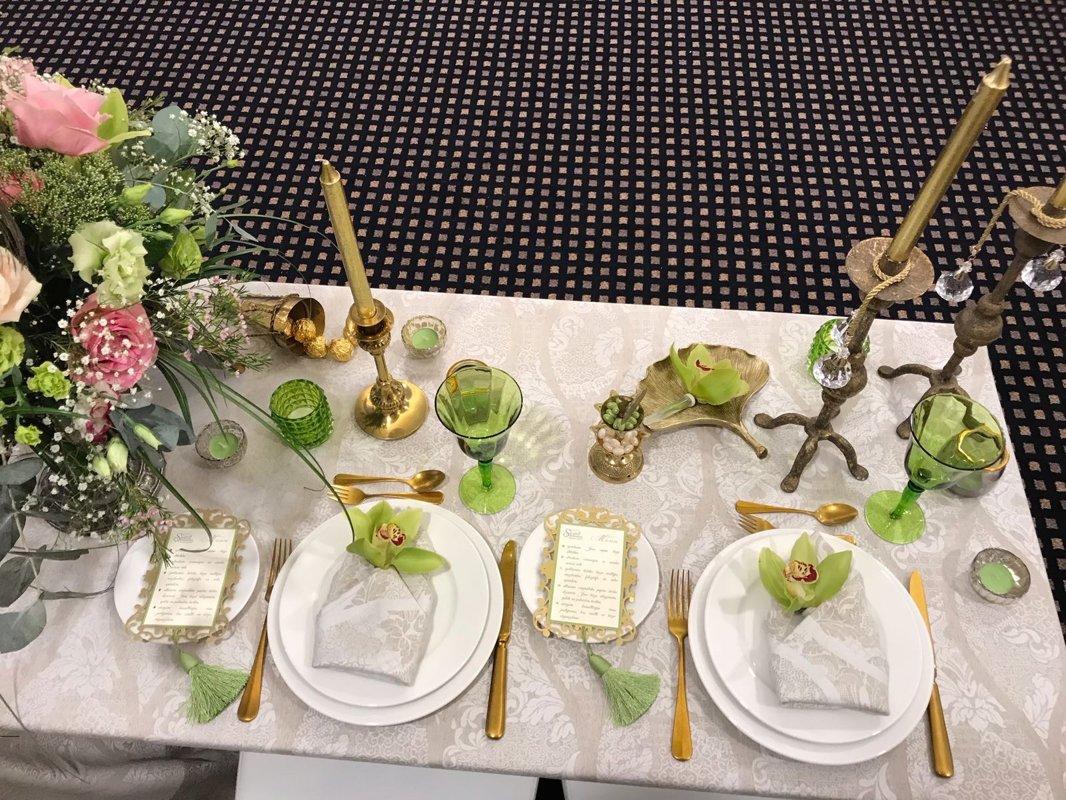 Dekoratīvs smilšu krāsas galdauts ar rakstu un salvetes