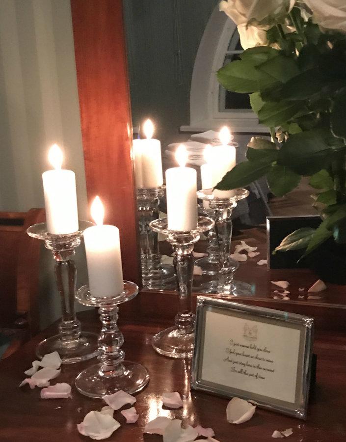Stikla svečturi dažādos augstumos