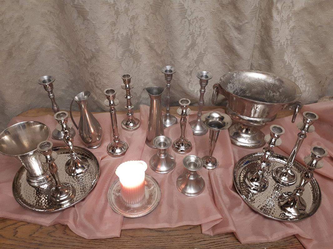 Sudraba krāsas metāla svečturi