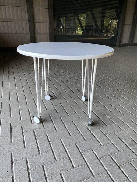 Kūkas galds uz riteņiem