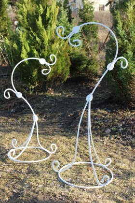 Dekoratīvs metāla statīvs iekarināmiem ziediem