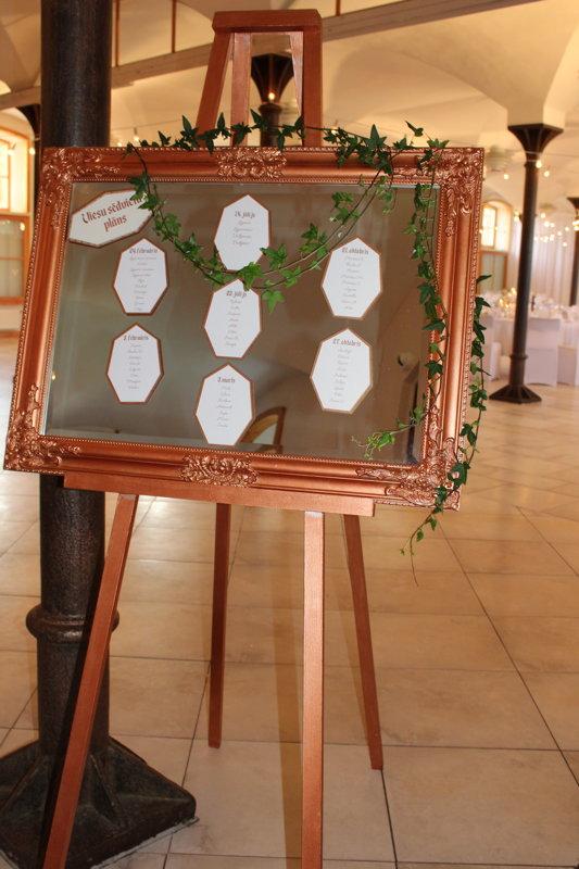 Kapara krāsas molberts un spogulis