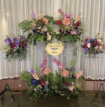 Augstie statīvi ar ziedu kompozīcijām