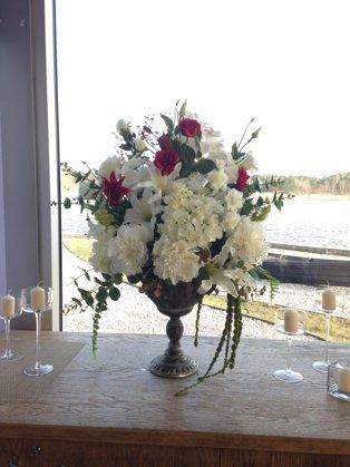 Baltu un sarkanu ziedu kompozīcijas