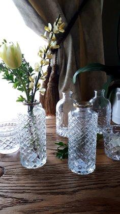 Mazas stikla vāzītes ar reljefu un zelta maliņu